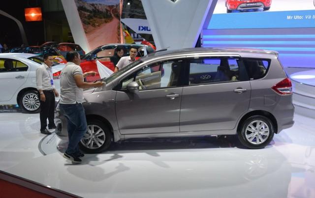 Các hãng xe liên tiếp giảm giá bán nhưng nhiều mẫu ô tô vẫn ế khách mua.