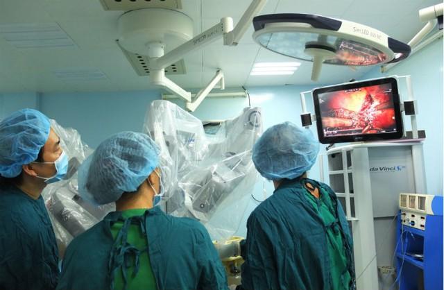 Ê-kíp bác sĩ thực hiện ca phẫu thuật ung thư gan bằng Robot