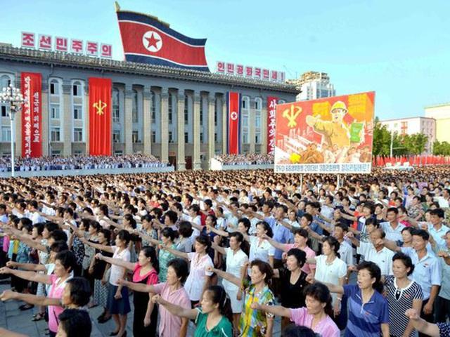 Hàng ngàn người dự lễ mít tinh lớn tại Quảng trường Kim Nhật Thành ở Bình Nhưỡng. Ảnh: KCNA
