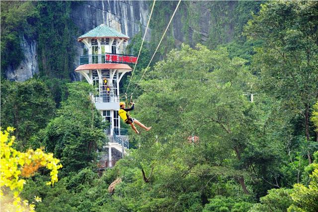 Công trình đu dây Zipline vào hang Tối (Quảng Bình) thu hút khách du lịch