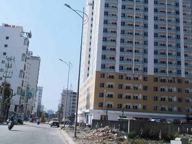 Công trình tổ hợp khách sạn của Mường Thanh vi phạm xây dựng đang bị đình chỉ thi công. Ảnh: NGUYỄN TRI