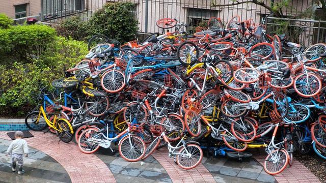 Những chiếc xe đạp bị vứt chỏng chơ tại nhiều nơi ở Trung Quốc