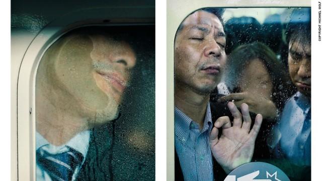 Những khuôn mặt dán chặt vào kính.
