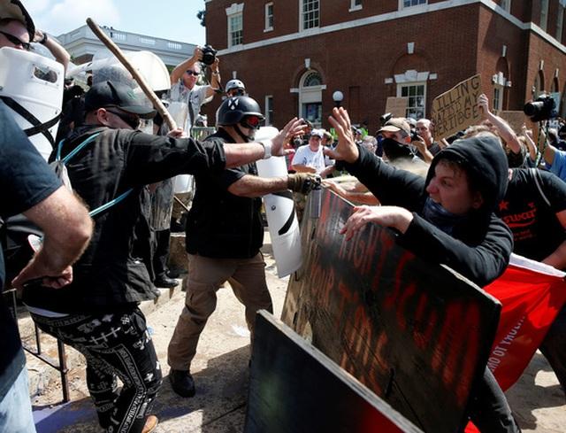 Đụng độ ở TP Charlottesville, bang Virginia hôm 12-8. Ảnh: Reuters.