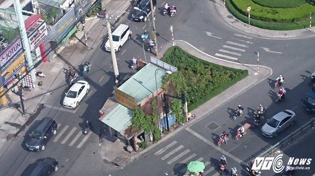 Căn nhà 845A Âu Cơ (phường Tân Thành, quận Tân Phú) chình ình giữa giao lộ gây kẹt xe, làm xấu xí mĩ quan đô thị.
