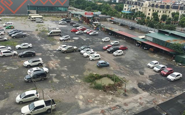 Với sức chứa khoảng 500 xe, bãi đỗ xe tại lô đất chưa thi công cạnh các tòa nhà HH đang là nơi gửi xe lớn nhất của người dân Linh Đàm.