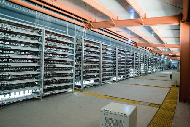 Hàng dài những chiếc kệ chứa máy đào litecoin trong một nhà xưởng ở Ordos