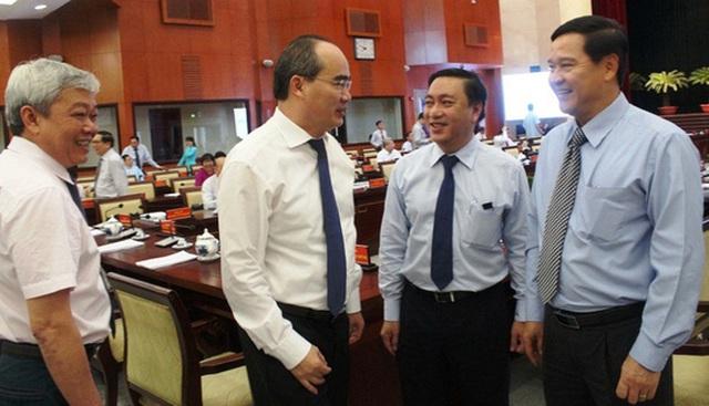 Bí thư Thành ủy TP HCM Nguyễn Thiện Nhân trao đổi với các đại biểu bên lề hội nghị