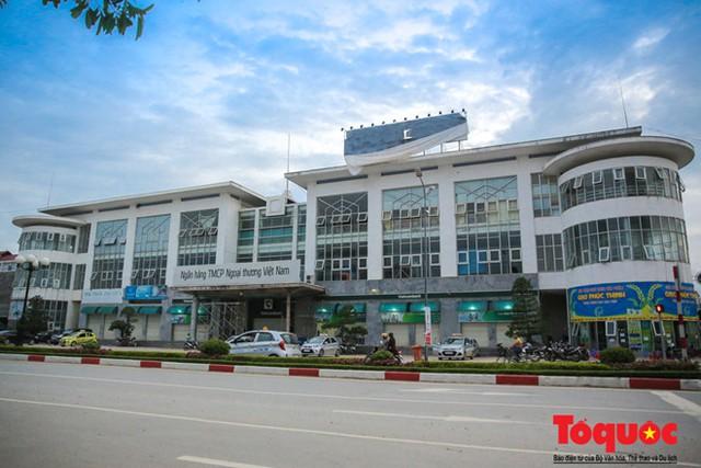 Khoảng 10 năm trở lại đây, người dân tại TP Lạng Sơn đã quá quen với việc tồn tại một hệ thống trung tâm thương mại lớn nằm ngay giữa trung tâm nhưng không hề có một bóng người bán lẫn người mua.