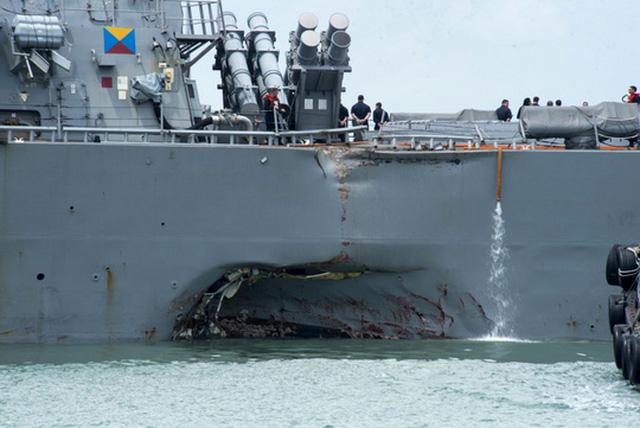 Khu trục hạm USS John S. McCain bị hư hại sau vụ va chạm. Ảnh: AP