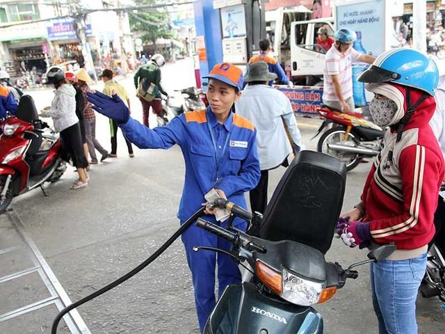 Bộ Tài chính cho rằng giá xăng trong nước còn rẻ so với nhiều nước nên phải tăng thuế lên 8.000 đồng/lít. Trong ảnh: Người dân mua xăng tại một cửa hàng xăng dầu tại quận Tân Bình, TP.HCM. Ảnh: HOÀNG GIANG