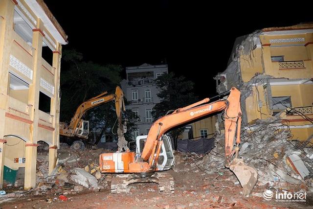 Vào thời điểm xảy ra sự cố, các máy xúc bên trong công trường vẫn đang hoạt động.