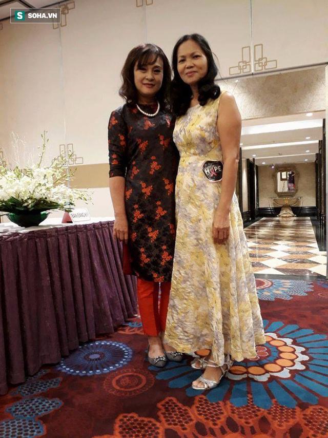 Chị Đồng Thị Luyện (Facebook Trần Đồng) mặc váy vàng