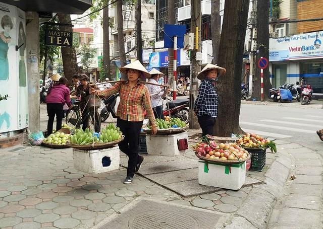 Việc buôn bán trái cây trên vỉa hè, lòng đường của Hà Nội tới đây sẽ bị xoá xổ