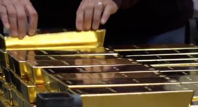 Sau 40 năm ngủ yên, các thanh vàng ròng nặng 27 pound (tương đương có 88kg) lại xuất hiện trước truyền thông và cư dân Mỹ.