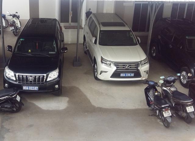 Sau khi trả lại xe Lexus (màu trắng) cho doanh nghiệp, văn phòng UBND tỉnh Cà Mau thiếu xe cho lãnh đạo đi kiểm tra, chỉ đạo về khắc phục hạn hán, xâm nhập mặn, phòng - chống cháy rừng... (Ảnh: DUY NHÂN)