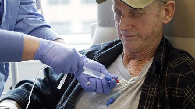 Peter Bjazevich, một bệnh nhân đang nhận điều trị CAR-T tại Trung tâm nghiên cứu Ung thư Fred Hutchinson