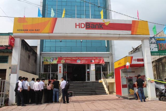 Trong ngày, công an phong tỏa hiện trường phòng giao dịch HD Bank để điều tra truy bắt hung thủ