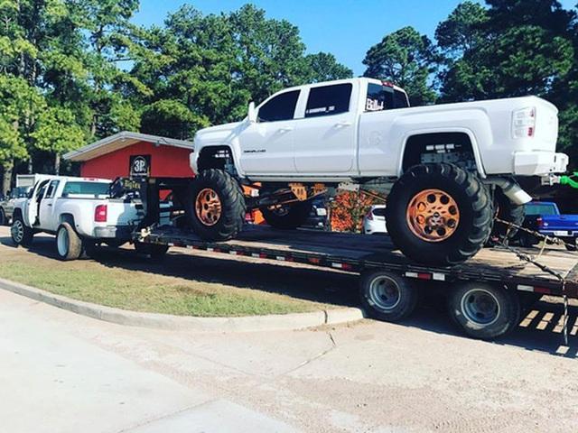 """Đội xe tải """"quái vật"""" của nhóm anh James đang tích cực hỗ trợ người dân ở bang Texas. Ảnh: ABC NEWS"""