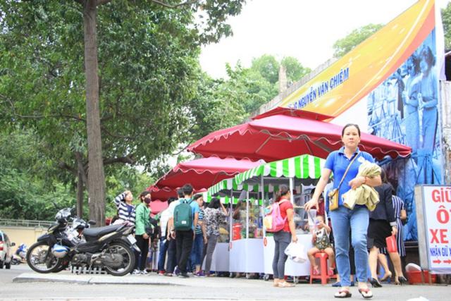 Phố hàng rong trên đường Nguyễn Văn Chiêm, phường Bến Nghé, quận 1, TP HCM đông đúc khách Ảnh: PHAN ANH
