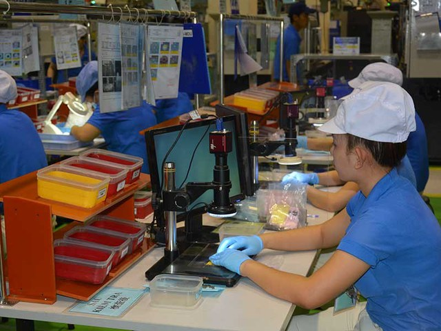 Khoản chi bảo hiểm nhân thọ nên để DN tự quyết định để giữ chân nhân tài và đảm bảo quyền lợi người lao động. Trong ảnh: Công nhân làm việc tại Khu công nghệ cao TP.HCM. Ảnh: Q.HUY
