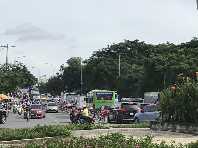 Ùn tắc tại cầu Nguyễn Văn Cừ hướng từ quận 8 sang quận 1