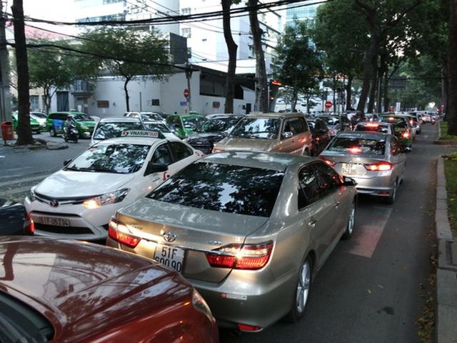 Ùn tắc giao thông là lý do Sở Giao thông Vận tải TP HCM đề xuất tạm dừng cấp phù hiệu cho ô tô 9 chỗ trở xuống kinh doanh vận tải hành khách theo hợp đồng