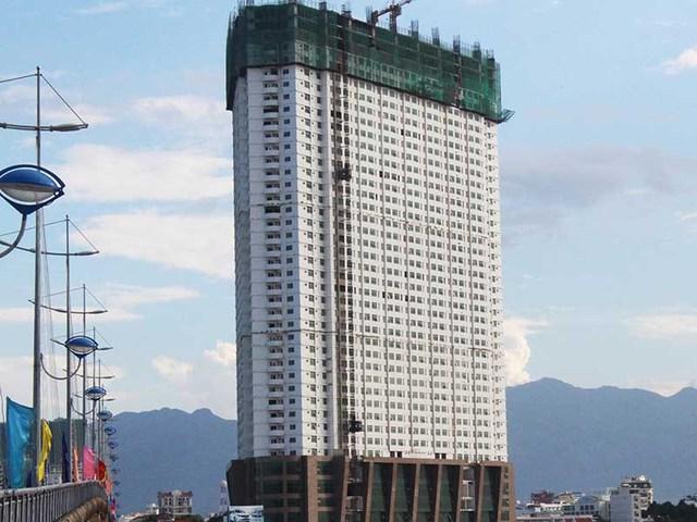 Công trình Mường Thanh Khánh Hòa bị đình chỉ mọi hoạt động thi công. Ảnh: TẤN LỘC
