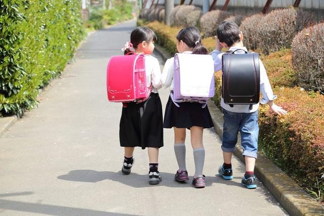 Học sinh Nhật Bản đến trường với chiếc cặp truyền thống.