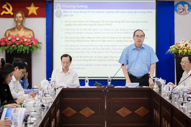 Bí thư Thành ủy Nguyễn Thiện Nhân và các lãnh đạo TP HCM gặp gỡ cộng đồng khởi nghiệp của TP ngày 7-9 Ảnh: HOÀNG TRIỀU