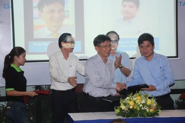 Bí thư Thành ủy TPHCM Nguyễn Thiện Nhân và Phó Chủ tịch Thường trực UBND TPHCM Lê Thanh Liêm chứng kiến 1 số đơn vị hỗ trợ sáng tạo khởi nghiệp ký kết biên bản ghi nhớ.