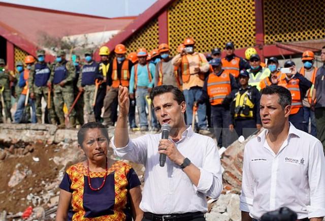 Tổng thống Mexico Enrique Pena Nieto (giữa, phía trước) tới thăm đô thị Juchitan de Zaragoza, bang Oaxaca sau động đất ngày 8/9. (Nguồn: THX/TTXVN)