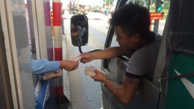 Người dân trả tiền lẻ qua trạm thu phí Quốc lộ 5.