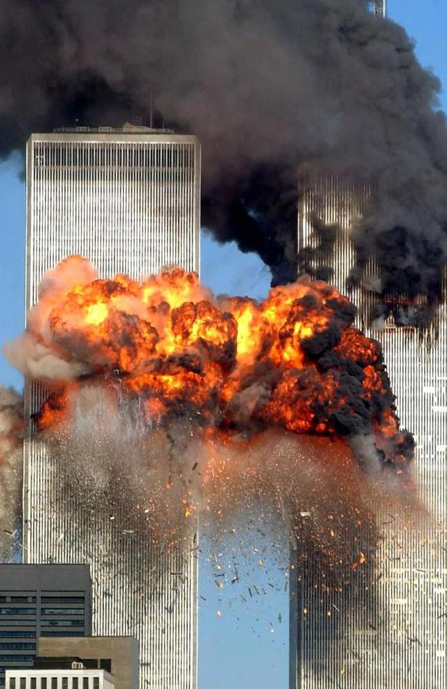 Một chiếc máy bay chở hàng bị cướp đã đâm thẳng vào tòa tháp Trung tâm thương mại thế giới và gây ra vụ nổ kinh hoàng.