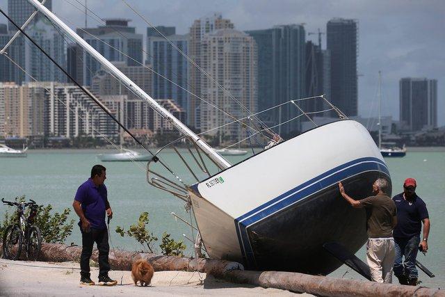 Theo phòng quản lý khẩn cấp Florida, khoảng 6,3 triệu người ở đây đã được lệnh sơ tán trước khi cơn bão Irma đổ bộ. Với sức gió lên tới 70 dặm/giờ, cơn bão lật ngược các tàu đánh cá ở Biscayne, Florida.