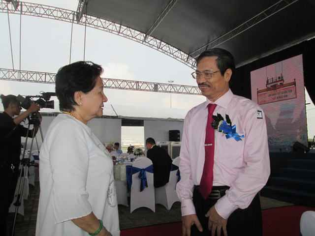 Bà Phạm Thị Huân, Tổng Giám đốc Công ty CP Ba Huân, trao đổi với Cục trưởng Cục Thú y Phạm Văn Đông về việc xuất khẩu trứng