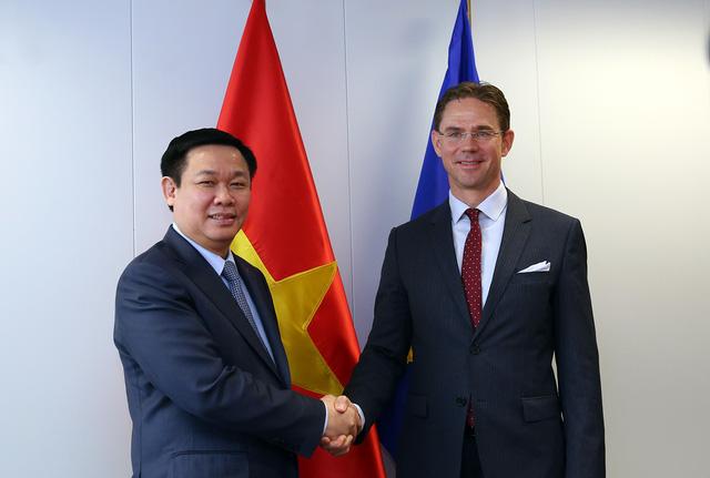 Phó Thủ tướng Chính phủ Vương Đình Huệ và Phó Chủ tịch Ủy ban châu Âu Jyrki Kaitanen. Ảnh: VGP/Thành Chung