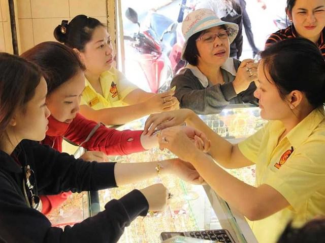 Người dân đang mua bán vàng tại một cửa hàng vàng bạc ở quận Bình Thạnh, TP.HCM. Ảnh: HOÀNG GIANG