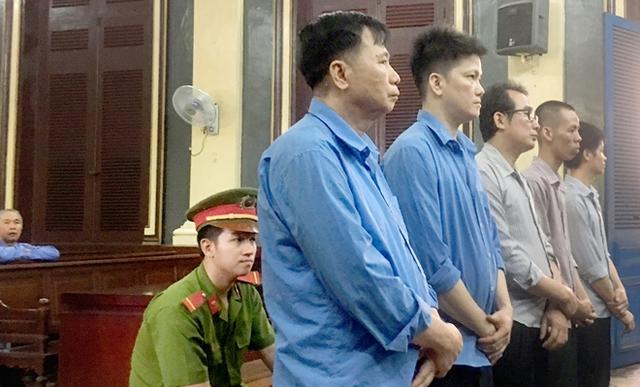 Các bị cáo đang nghe tuyên án