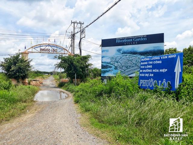 Hai dự án khu dân cư - nghỉ dưỡng này trải dài hơn 500m trên con đường chính của trung tâm huyện Cần Giờ, cách bờ biển đẹp chỉ 300m nhưng đang bị bỏ hoang.