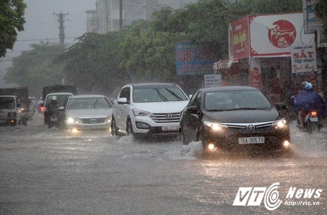 Trưa 25/9, sau hơn 1 giờ mưa như trút nước, nhiều tuyến đường ở Hải Phòng ngập cục bộ.