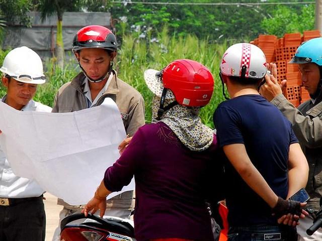 Thanh tra xây dựng đang kiểm tra bản vẽ của một công trình đang xây dựng ở huyện Bình Chánh, TP.HCM. Ảnh: HTD