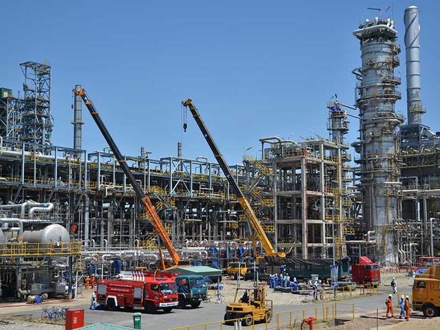 Nợ nước ngoài của các doanh nghiệp đã lên đến hơn 41 tỉ USD. Trong ảnh: Dự án Nhà máy lọc dầu Dung Quất muốn vay thêm 1,2 tỉ USD nước ngoài. Ảnh: TP