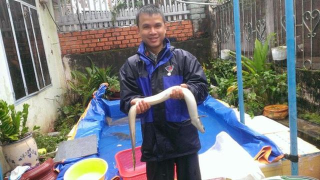 Anh Nguyễn Như Hoàng, trưởng phòng của một đơn vị thuộc Sở Công Thương tỉnh Đắk Lắk, xin nghỉ việc để đi bán cá, bán gà Ảnh: CAO NGUYÊN