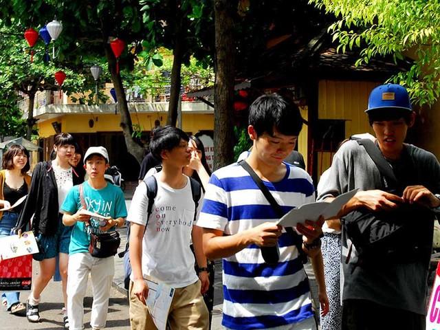 Khách Trung Quốc dạo chơi, mua sắm ở Hội An, Quảng Nam. Ảnh: HTD