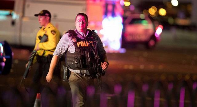 Cảnh sát hỗ trợ tư pháp Mỹ có mặt Las Vegas sau vụ xả súng. (Ảnh: Reuters)