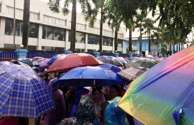 Sáng ngày 3-10, hàng ngàn công nhân Công ty TNHH Giầy Venus Việt Nam ở Thanh Hóa tiếp tục ngưng việc đòi quyền lợi dưới trời mưa tầm tã