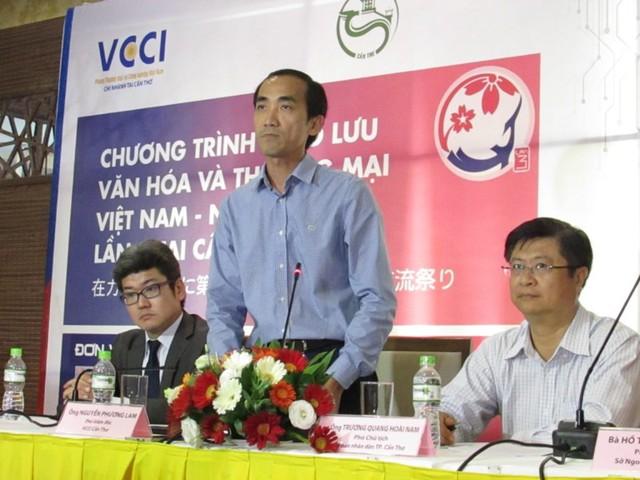 Ông Nguyễn Phương Lam giới thiệu các nội dung của hai chương trình tại buổi họp báo chiều 3-10. Ảnh: NN