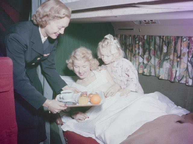 Ở thập niên 50, hành khách đi khoang giường nằm của máy bay DC-6 đang được phục vụ bữa ăn sáng… tại giường.