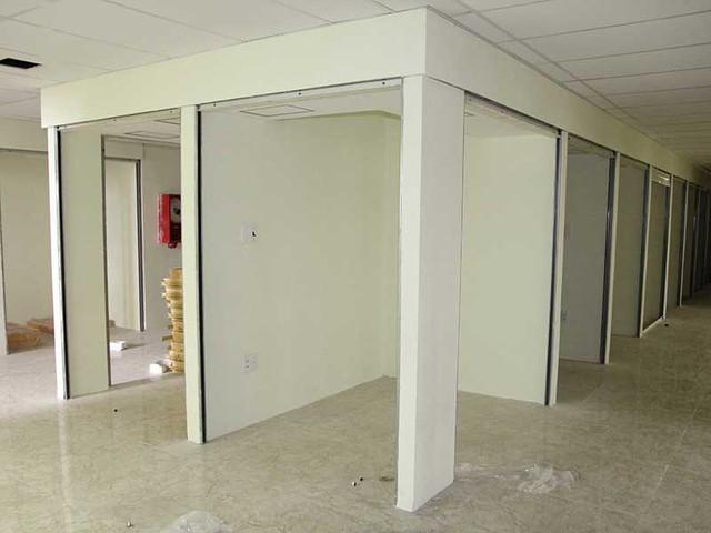 Các kiốt xây sai phép tại tầng năm chung cư Bảy Hiền sắp tới buộc phải tháo dỡ. (Ảnh chụp chiều 6-10) Ảnh: HOÀNG GIANG
